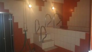 Обработка противоскользящим средством кафеля в банях при помощи Глисс Гард