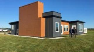 В Канаде построили дом из 600 тысяч переработанных пластиковых бутылок