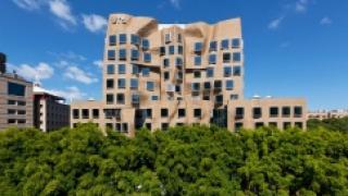 """В Сиднее построена бизнес-школа со """"смятым"""" фасадом"""
