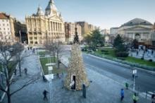 В Будапеште появилась новогодняя елка из тысяч деревянных поленьев